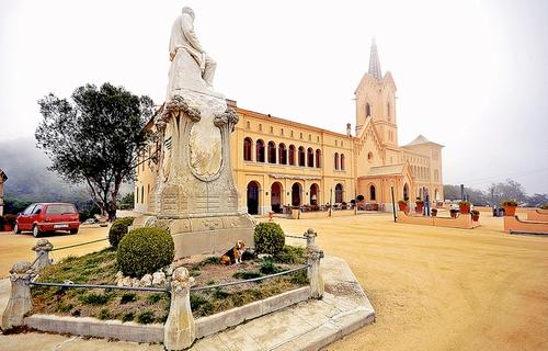 Sant Pere del Bosc fué renovado por el arquitecto modernista amigo de Antoni Gaudí, Puig i Cadafalch