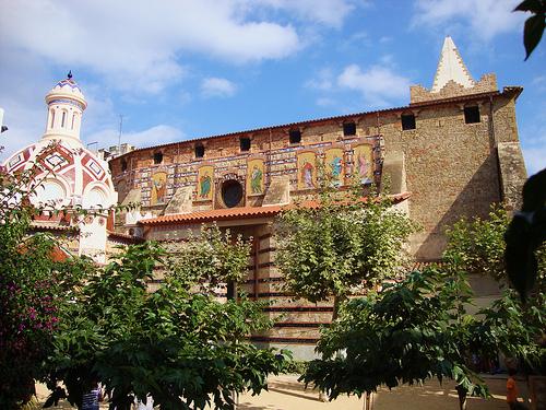 La colorista iglesia de Sant Romà fue construida en el s. XVI en estilo gótico transición renacentista, y fue ampliada en siglos posteriores
