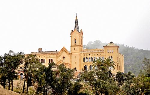 El Santuario de Sant Pere del Bosc se encuentra en un entorno natural, en medio de los bosques que rodean Lloret de Mar