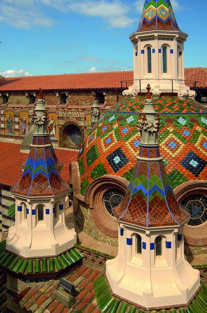 Las torres de la iglesia de Sant Romà muestran un colorido y una decoración inequívocamente modernistas
