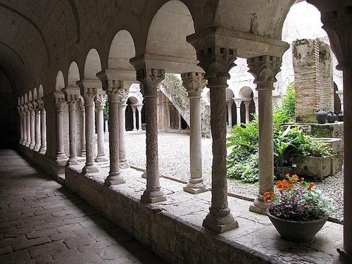 Claustro del Monasterio de Sant Daniel (s. XI, románico), en el propio valle, donde se conservan restos del santo del mismo nombre