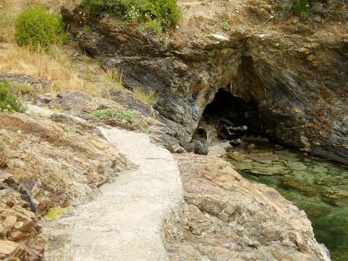 Avanzando por el camino de ronda unos cuantos metros más llegamos a la Cueva de la Ratas. Tras este inquietante nombre la verdad es que podemos asegurar que aquí un gato se moriría de hambre