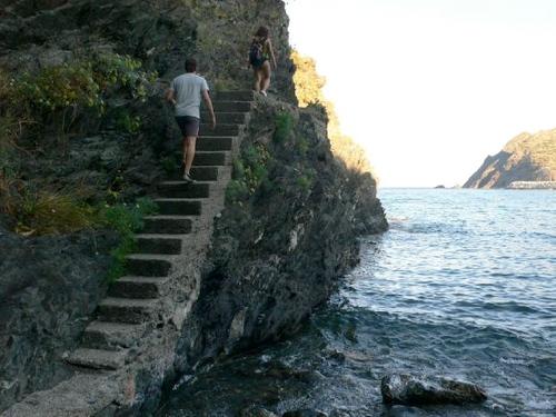 Proseguimos nuestra singladura por estas escalera del camino de ronda hacia Platja del Pi, en Portbou, Costa Brava