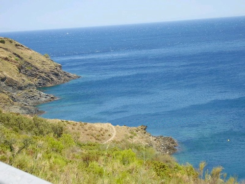 Sobre la playa de les Tres Platgetes pasa una carretera que ofrece bellas vistas de esta costa al norte de Portbou