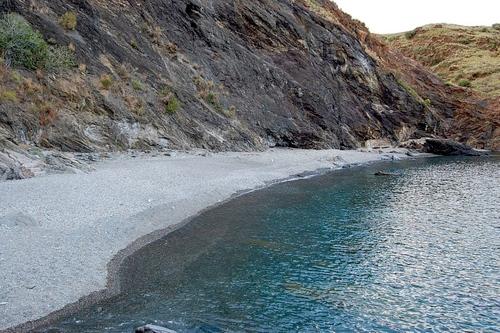 Llegamos a la Cala de les Tres Platgetes, en Portbou, y comprobamos que se trata una playa muy tranquila y protegida