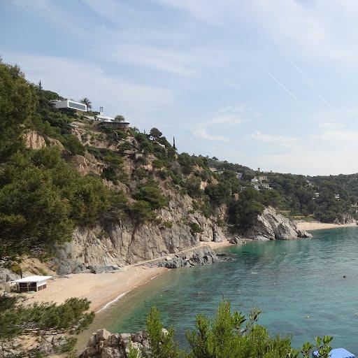 La playa de Porto Pi se encuentrada separada por el resto de playas al norte de la bahía de Llorell en Tossa de Mar por la gran Roca Negra