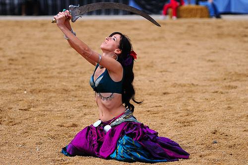 La impresionante danza árabe del sable ejecutada durante la Feria Medieval de Hostalric, Girona, Costa Brava