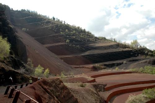 Colada de lava y gradas en la falda del volcán Croscat, en el Parque Volcánico de la Garrotxa