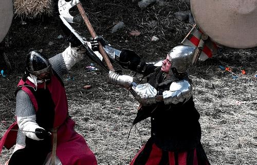 Las recreaciones históricas que se desarrollan durante la Feria Medieval de Hostalric incluyen luchas de caballeros