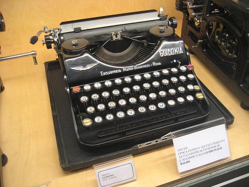 Antigua máquina de escribir italiana de la época fascista fabricada en Roma, Museo de la Técnica del Ampurdán