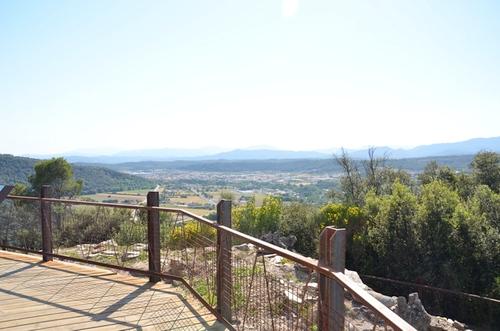 El yacimiento ibérico y romano de Castellum Fractum, a unos 5 kms al norte de Girona, es también un excelente mirador sobre el Ampurdán