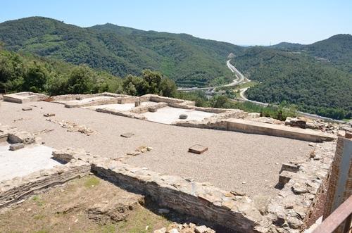 A los pies de la montaña de Sant Julià, donde se encuentra el yacimiento de Castellum Fractum, pasa el río Ter y la antigua Via Augusta romana (hoy N-II)