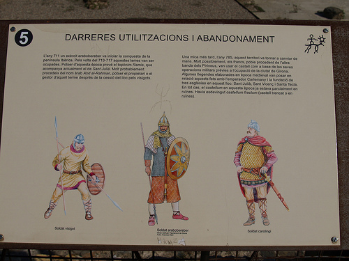 Los paneles informativos contienen ilustraciones gráficas sobre los guerreros íberos que habitaron esta fortificación, detalle muy bien recibido por los niños en la visita