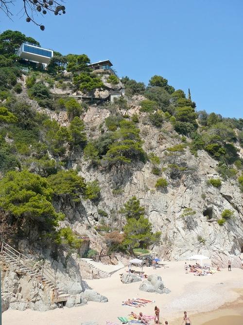 Ciertas casas de la bahía de Llorell y la platja de Porto Pi, en Tossa de mar, son poco visibles desde la orilla