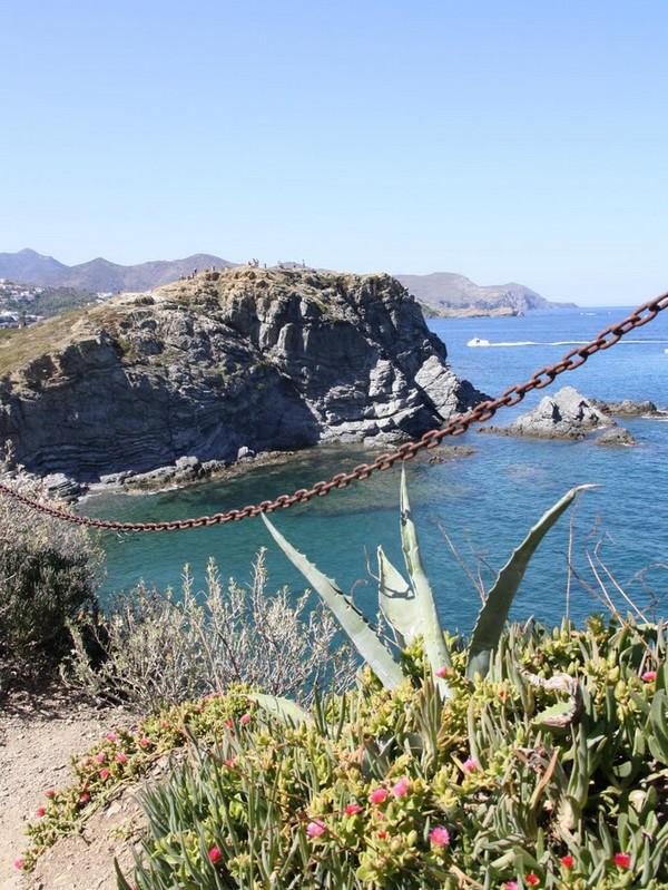El camino de ronda hacia el sur, a partir de la playa de la Gola, en Llançà, nos permitirá alcanzar otras playas de singular belleza como Carboneres o la Farella