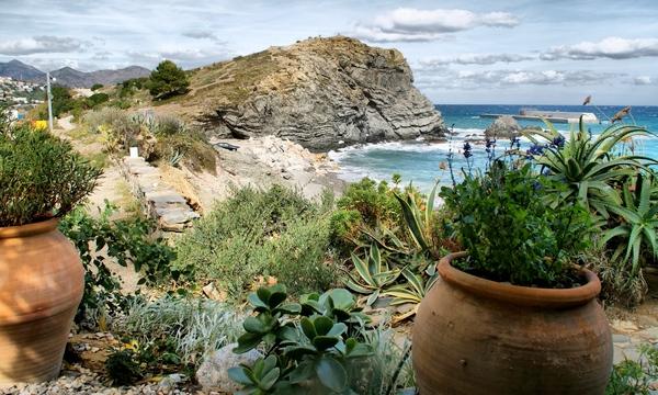 Dado que sobre la playa de les Carboneres transcurre el precioso camino de ronda que lleva a otras playas cercanas, recorrerlo es una actividad muy aconsejable para los bañistas