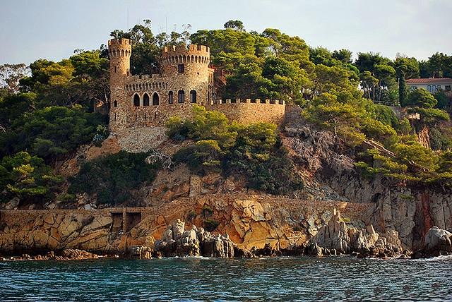 Desde el mar, tanto en barco como en kayak, las vistas de las murallas del Castillo de Plaja, en Lloret de Mar, son también muy llamativas