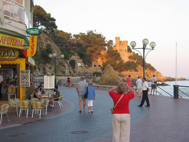 Muchos de los visitantes que deambulan relajados por el paseo marítimo de la Playa de Lloret de Mar no pueden evitar tomar una instantánea del Castell d'en Plaja