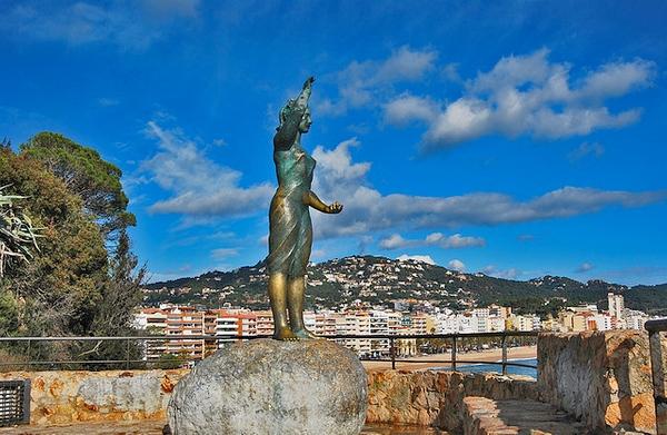 """La Mujer Marina, también conocida como la Venus de Lloret, alza el brazo derecho indicando """"adiós"""", y el brazo izquierdo lo mantiene flexionado en un intento de aproximación: """"adiós y vuelve pronto"""""""