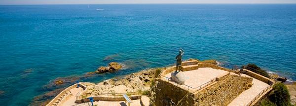 La estatua de la Dona Marinera se encuentra en el camino de ronda que unes las playas de Lloret y Cala Banys
