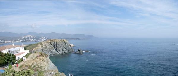 El camino de ronda que nos lleva desde el centro de Llançà hasta la playa de les Carboneres nos conduce también hasta el pueblo del Port de la Selva