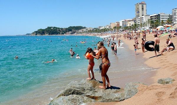 Si tiene la oportunidad de pasar el día en la popular Playa de Lloret no olvide visitar la estatua y el mirador de la Dona Marinera