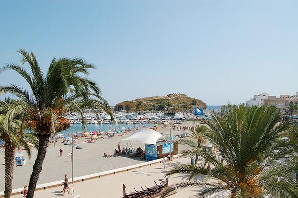 La playa de la Gola se encuentra muy cerca del puerto deportivo de Llançà y de la playa principal del pueblo (en la imagen)