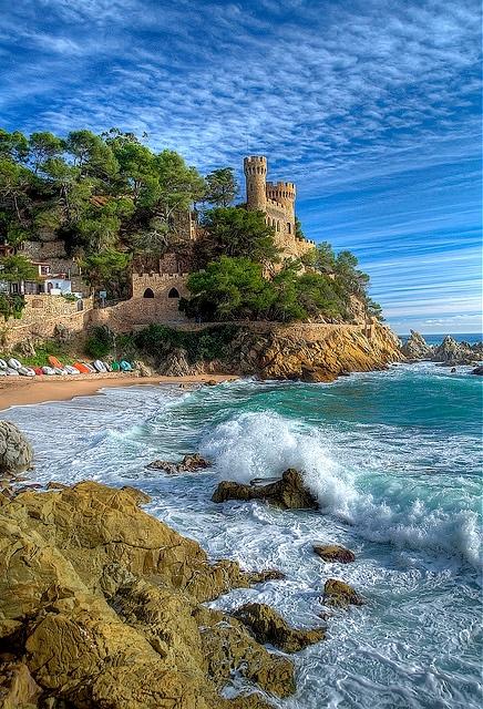 Las playas más cercanas al Castillo d'en Plaja son la Playa de Lloret y la cala de Sa Caleta