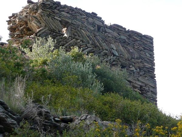 Algunos muros del Castillo de Bufalaranya, en Roses, tienen una disposición de las piedras en opus spicatum, nombre latín que hace referencia a la forma de espiga que muestran