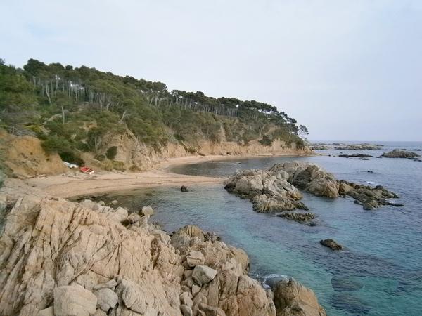 Cala Remedon es vecina de la famosa Cala Estreta, en Palamós, Girona, Costa Brava