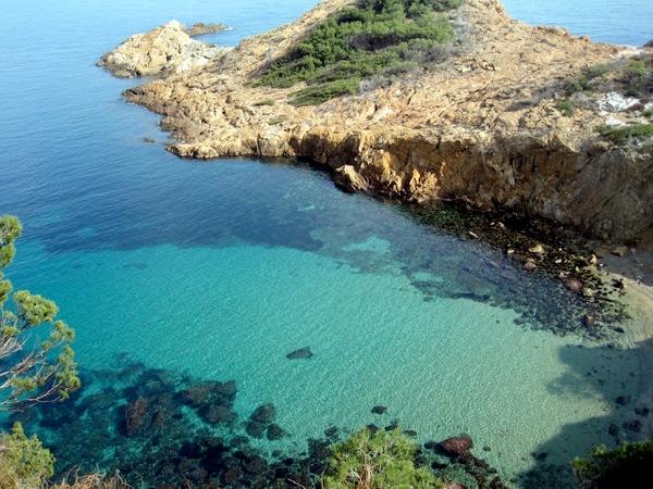 Ya desde lo alto del camino de ronda que nos lleva hasta la Cala s'Eixugador, desde Sa Tuna, podemos comprobar el azul turquesa de su fondo, en Begur