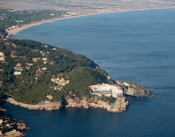 El antiguo hotel de Cap Sa Sal. Tras la Reserva Marina de Ses Negres y la Cala de Sa Riera (ocultadas en la foto por el cabo) se extiende la larga Playa de Pals