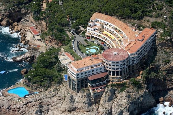 Vista aérea del imponente edificio de Cap Sa Sal, construido sobre los acantilados de la costa de Begur