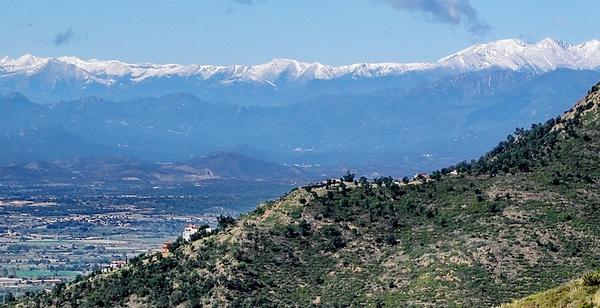 Las vistas desde el Castillo de Bufalaranya se extienden hacia los Pirineos, con las cimas nevadas en la época hivernal