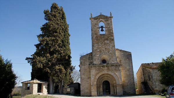 La Iglesia Santa Maria de Porqueres, de figura estilizada, es de una sola nave