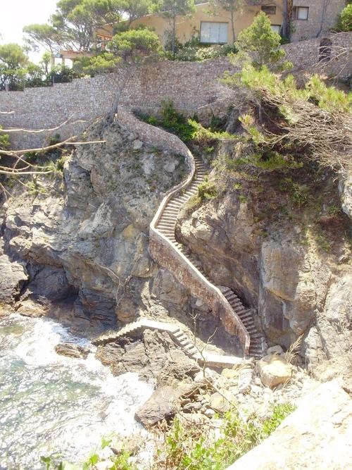 Uno de los elementos más espectaculares de la Cala Ses Vaques es su escalera de acceso