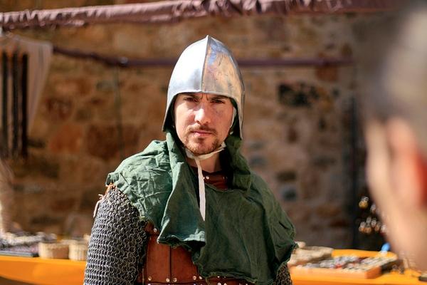 Un guerrero de la Feria Medieval de Calonge, que se celebra cada Semana Santa, nos mira fijamente