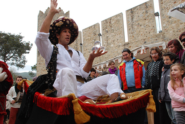 Durante nuestra visita a la Feria Medieval de Calonge, por el castillo de la localidad, hemos topado con multitud de curiosos personajes medievales