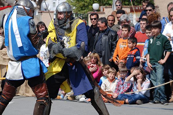 Ante la atenta mirada de los niños se lleva a cabo esta lucha teatralizada de caballeros medievales, vestidos de época, en la Feria Medieval de Calonge
