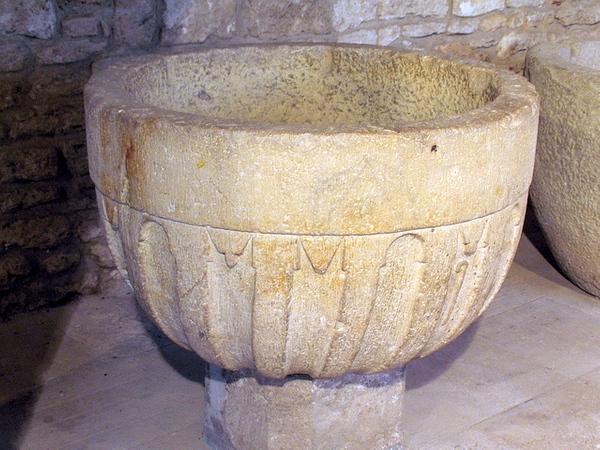 Una de las valiosísimas piezas que guarda el Museo Arqueológico de Banyoles es esta pila bautismal románica
