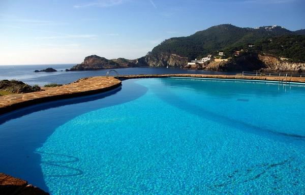 La piscina de Cap Sa Sal tiene unas bonitas vistas sobre el saliente de roca situado frente a la Cala Sa Tuna: la Punta des Plom