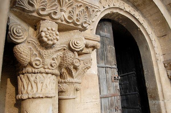 Pórtico y capitales de la Iglesia Santa Maria de Porqueres, en el entorno de Banyoles