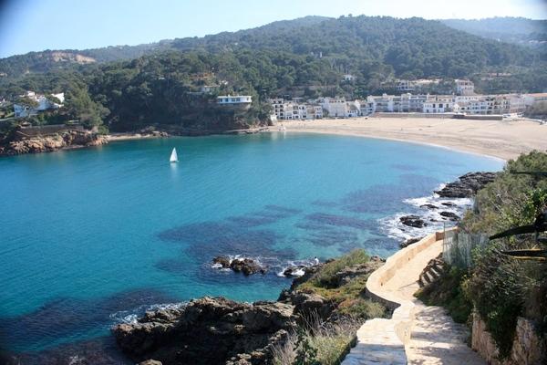 Cala Port des Pi se encuentra en la gran bahía que forma la playa de Sa Riera, en Begur