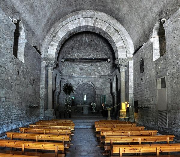 En el interior de la iglesia de Santa Maria de Porqueres es visible el arco triunfal justo antes del presbiterio