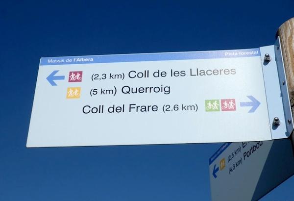 A través de la pista forestal que desde el Coll de Belitres hasta el Querroig cruza las montañas de las Alberas encontraremos algunos paneles indicativos