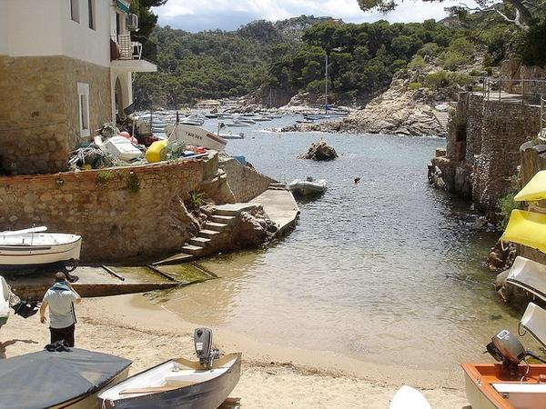 Sobre la Cala de Ses Orats, en Begur, encontramos pequeñas embarcaciones de pesca y de recreo que pertenecen a los vecinos que viven frente a la cala