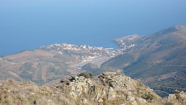Sobre la montaña de Querroig las vistas de 360º sobre el Cabo de Creus, la costa francesa, las montañas de las Alberas y, como se puede ver en la imagen, la bahía de Portbou, son sobrecogedoras