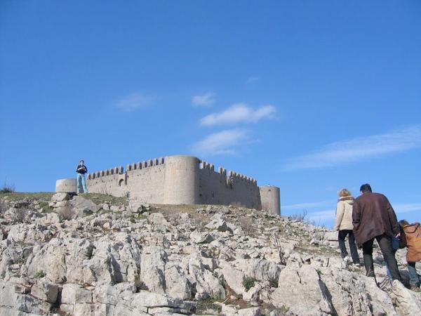 Podemos aprovechar la misma visita a la cueva del Cau del Duc para visitar el Castillo de Montgrí, del siglo XIII, en la cima de la montaña