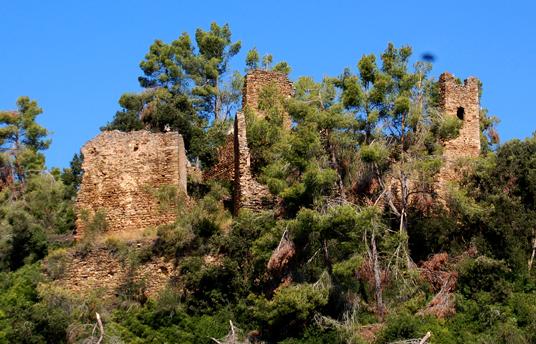 El Castillo de Vila·romà fue destruido por tropas francesas a principios del siglo XIX. Invadido actualmente por la vegetación del bosque que lo rodea, conserva todavía un cierto aire romántico