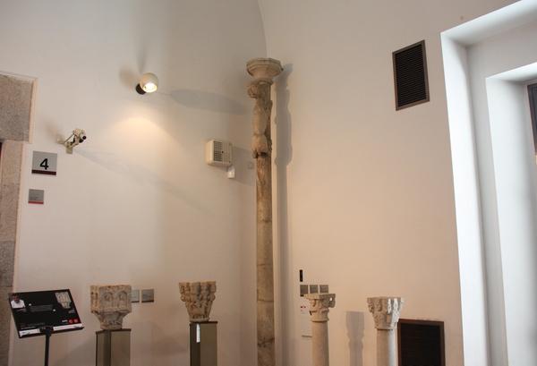 Por motivos de seguridad, la columna original de la época medieval se encuentra a buen recaudo en el Museo de Historia del Arte de Girona, que se encuentra junto a la Catedral